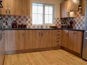 A kitchen or kitchenette at Lavender Lodge