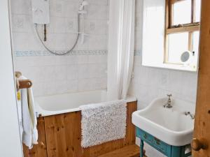 A bathroom at Cruck End