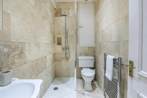 A bathroom at CDP Apartments–Mornington Crescent