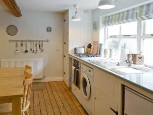 A kitchen or kitchenette at Ocean Cottage