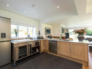 Kitchen o kitchenette sa The Lion Retreat at Shandwick