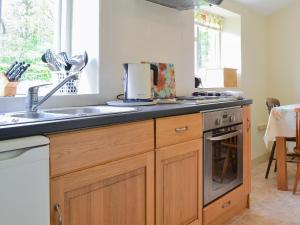 A kitchen or kitchenette at Keeper's Cottage