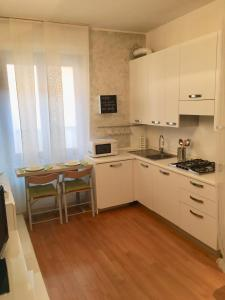 A kitchen or kitchenette at Ester home