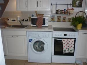 A kitchen or kitchenette at Rostis Cottage