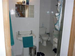 A bathroom at Rostis Cottage