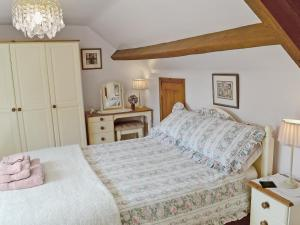A bed or beds in a room at Two Hoots