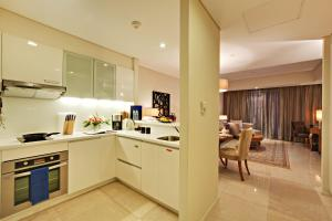 A kitchen or kitchenette at Joy~Nostalg Hotel & Suites Manila Managed by AccorHotels