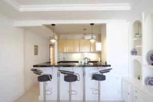 A kitchen or kitchenette at R&E apartment