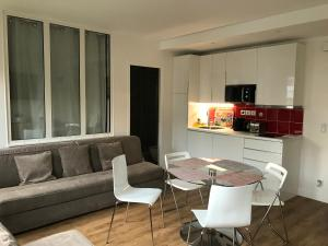 A seating area at Tour Eiffel Rent