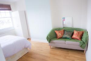 Ein Sitzbereich in der Unterkunft Near King's Cross 5 bedroom House + Roof terrace