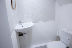 Ein Badezimmer in der Unterkunft Near King's Cross 5 bedroom House + Roof terrace