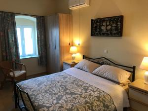 A bed or beds in a room at Theea Cottage