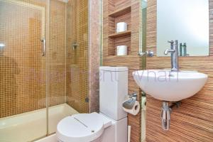 A bathroom at Budget Apartments Canary Wharf