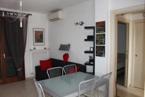 A seating area at Appartamento Metaurilia