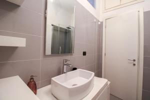 A bathroom at Porta Nuova Modern Flat