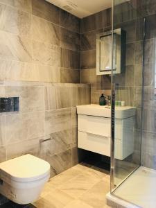 A bathroom at Spacious & Modern 2 Bed Apartment at Knightsbridge London