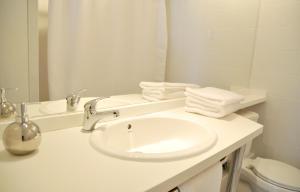 A bathroom at Lastarria Santiago Suite Apartments