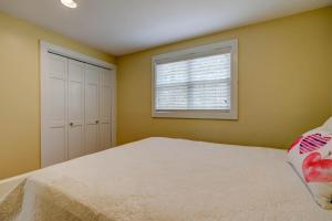 A bed or beds in a room at Cranberry Hill