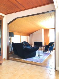 Ein Sitzbereich in der Unterkunft Maison au bord du lac