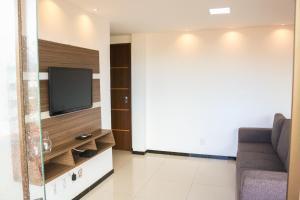 A television and/or entertainment center at Apartamento na praia dos milionários