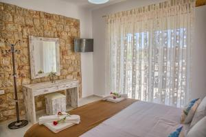 A bed or beds in a room at Haraki Stone Apartments