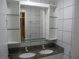 A bathroom at Porto de Iracema Apartment 2 Quartos/ 2 Bedrooms)