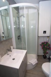 A bathroom at Chic and cozy apartment - center