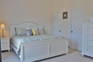 A bed or beds in a room at Barrier Dunes Hideaway