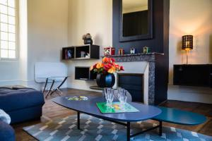 A seating area at Le Grand Appartement d'Albusse