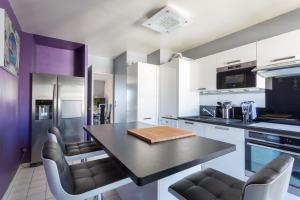 A kitchen or kitchenette at Appartement near Disney Parks