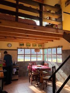 Un restaurant u otro lugar para comer en La Ribera