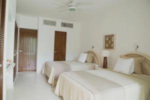 A bed or beds in a room at Las Villas Akumal