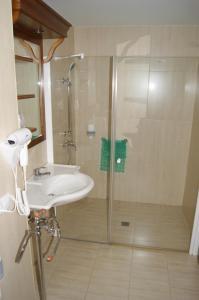 A bathroom at Apartamentos Don Clemente