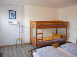 Ein Etagenbett oder Etagenbetten in einem Zimmer der Unterkunft Haus Maria