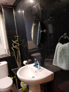A bathroom at My Glasgow House - Central