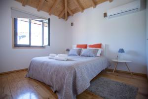 A bed or beds in a room at LivingPorto Apartments by Porto City Hosts
