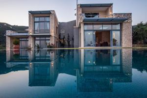 The swimming pool at or near Kastraki Epavlis