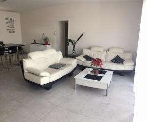A seating area at Villa laura