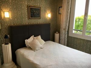 A bed or beds in a room at Plein coeur de Monaco, à 300 mètres à pied du port de Monaco, 4 pièces, escaliers vue mer.