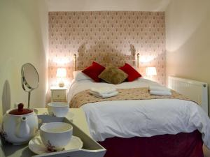A bed or beds in a room at Overbutton Cottage
