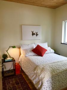 A bed or beds in a room at Kluane Green Sprout Vacation Home