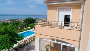 Výhľad na bazén v ubytovaní Luxury Villa Castrum alebo v jeho blízkosti