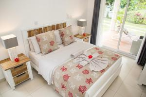 A bed or beds in a room at Villas Coco Beach Praslin