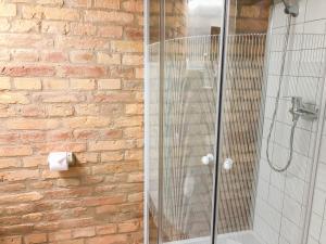 Ένα μπάνιο στο Economy Apartments