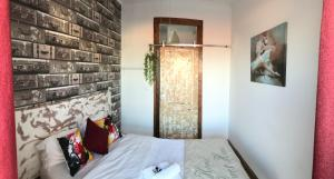 A bed or beds in a room at Alfama Patio Apartments