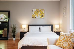 Ein Bett oder Betten in einem Zimmer der Unterkunft Modern Studio in Santa Monica