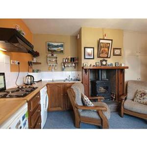 A kitchen or kitchenette at Hannah's Cottage