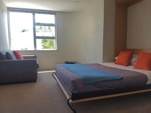 A bed or beds in a room at Waimahana Apartment 5
