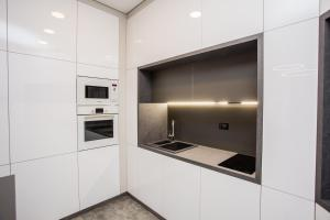 مطبخ أو مطبخ صغير في North Avenue Modern Apartments