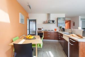 A kitchen or kitchenette at Mar Sitges